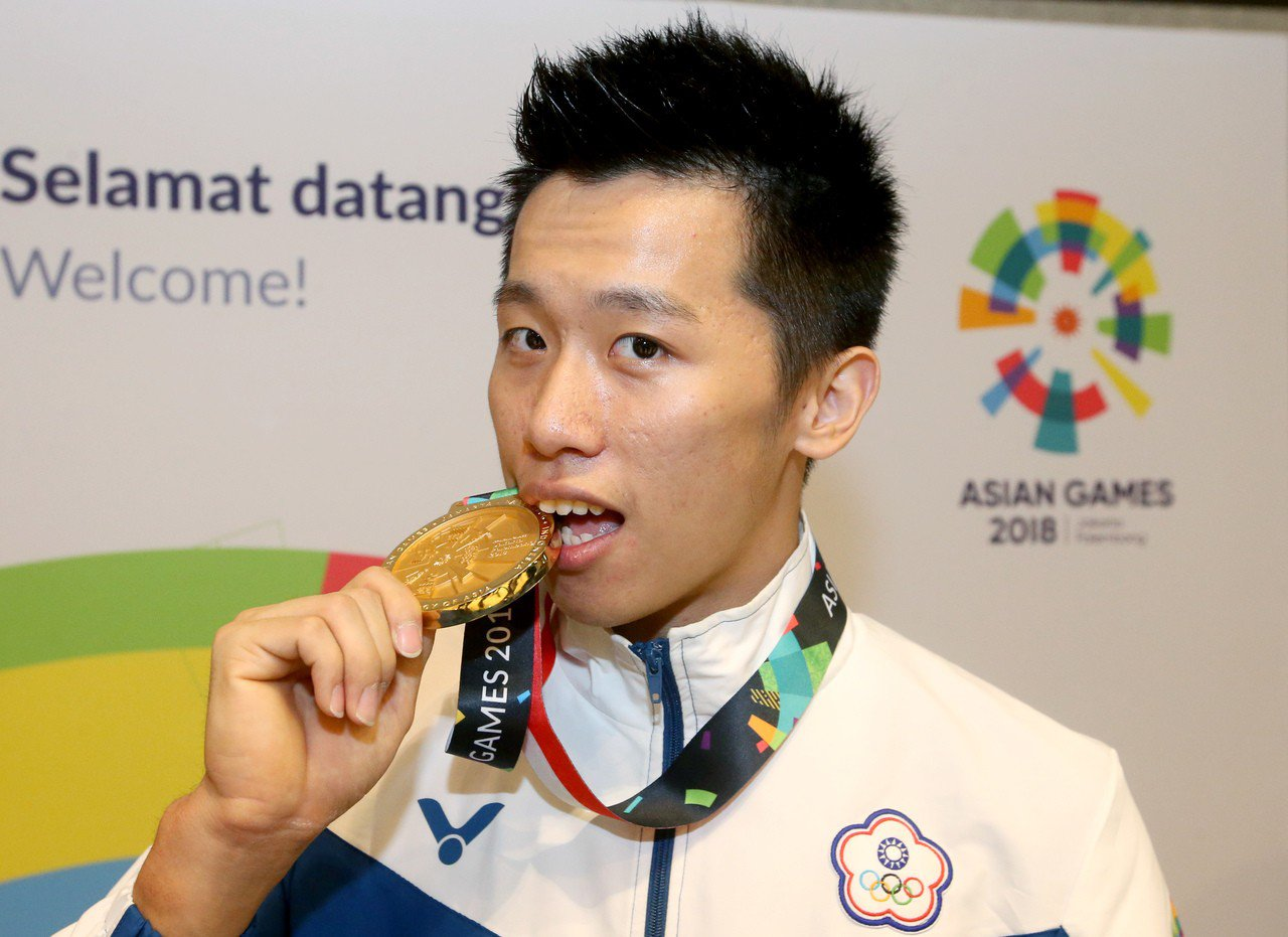 李智凱開心咬著中華代表團亞運史上第1面體操金牌。特派記者余承翰/雅加達攝影