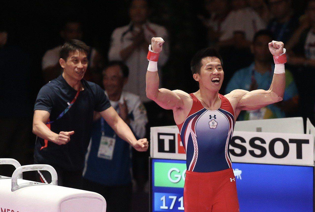 李智凱(右)在鞍馬決賽「完美落地」,振臂為自己慶賀,教練林育信已經衝上來準備擁抱...