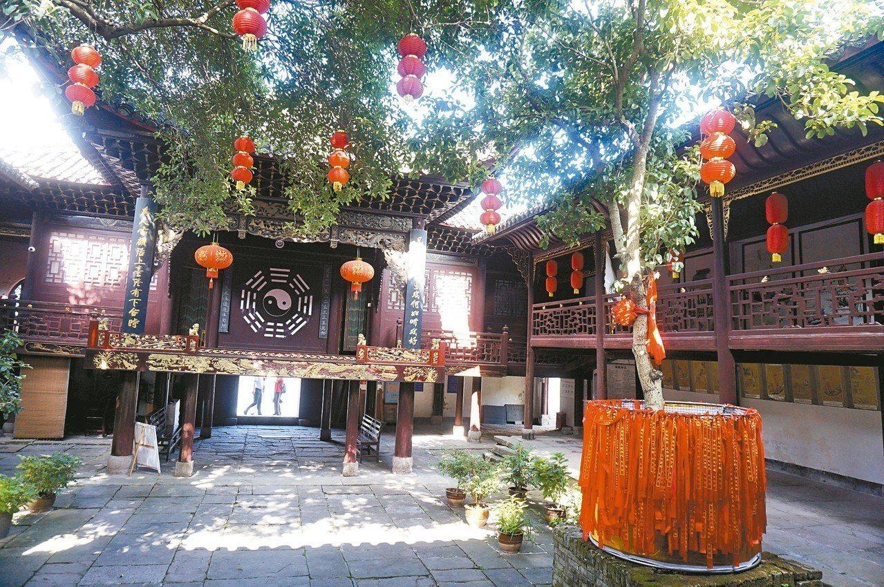 芷江天后宮的木製戲台,充分體現出民族文化藝術。 記者胡明揚/攝影