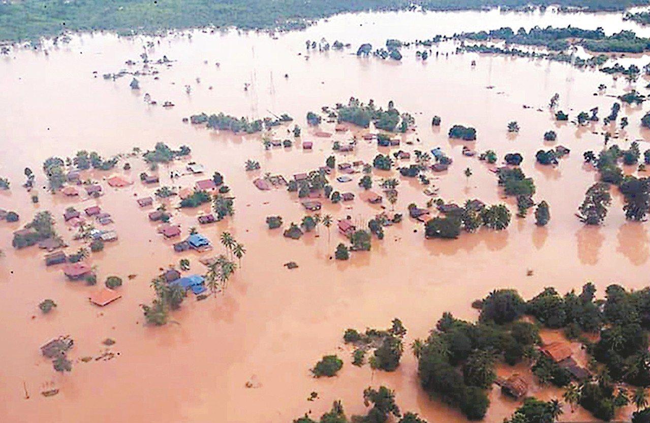 寮國電視台7月25日的畫面顯示,寮國水壩潰決,下游的村莊泡在濁水中。 (歐新社)