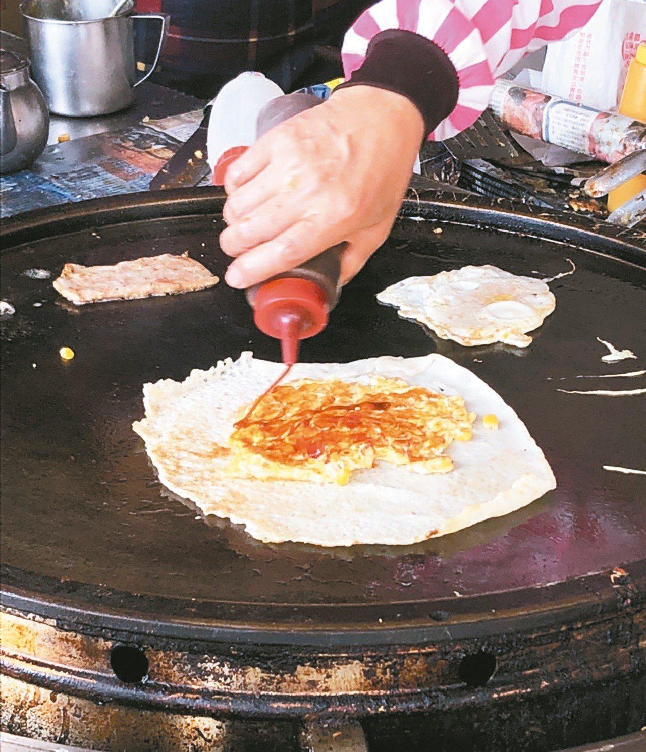 阿福蛋餅添加醬油,是古早味。 記者林敬家/攝影