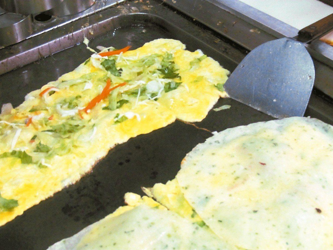 有福早餐店的蛋餅添加蔬菜。 記者張家樂/攝影