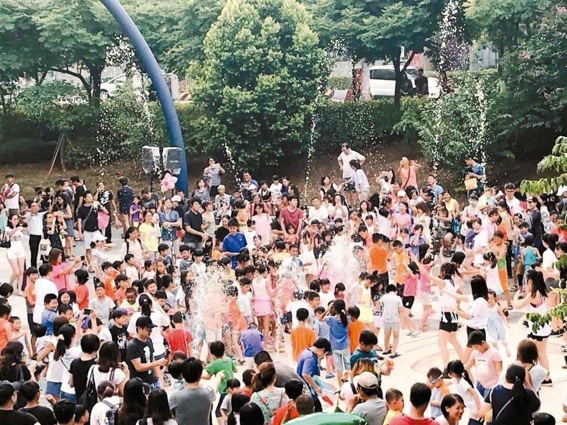 「廣停四」公園乾式噴水池,噴水時段吸引許多大小朋友玩水消暑。 圖/蔡淑君提供