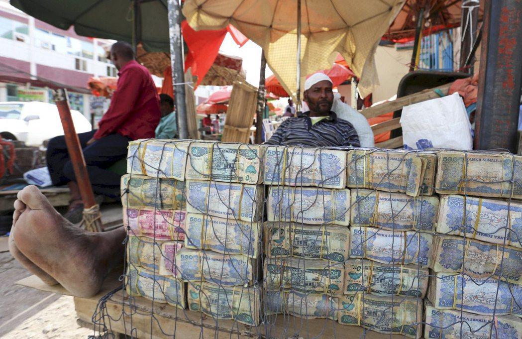 從索馬利亞獨立出來的索馬利蘭共和國目前處於惡性通膨的困境中,經濟遭受孤立,鈔票變...