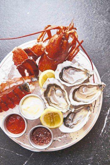 夏季限定的頂級海鮮盤使用的是新鮮的波士頓活龍蝦。 圖/西華飯店提供