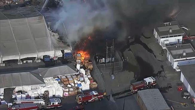 Tesla車廠旁的堆放場起火。 世界日報記者邱鴻安/攝影