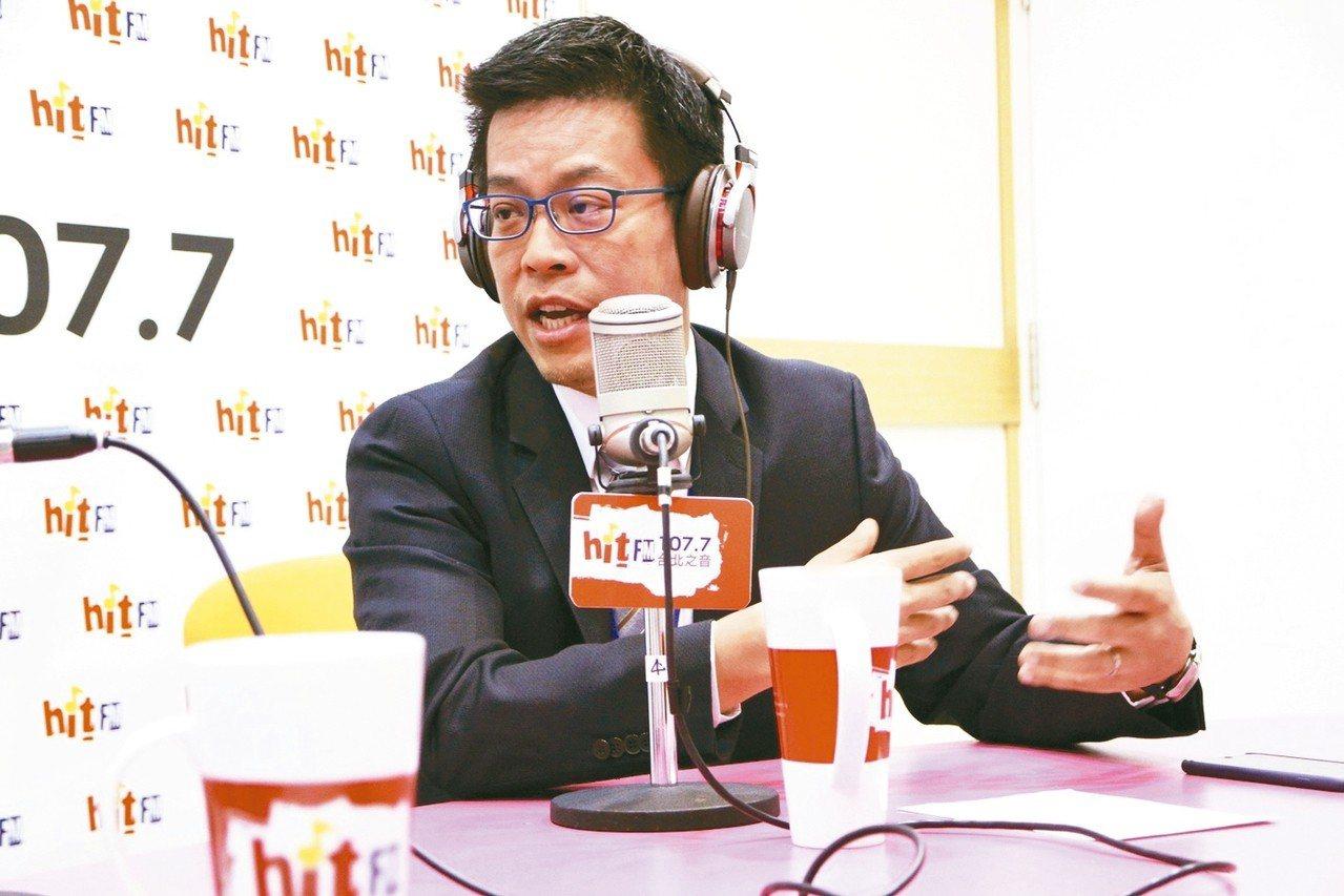總統府發言人黃重諺接受電台節目主持人周玉蔻專訪。 圖/《蔻蔻早餐》製作單位提供