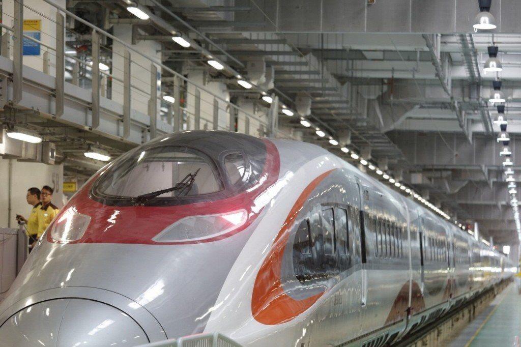 香港連接大陸的高速鐵路確定於9月23日營運,令港陸交通踏入新紀元,港人在珠江三角...