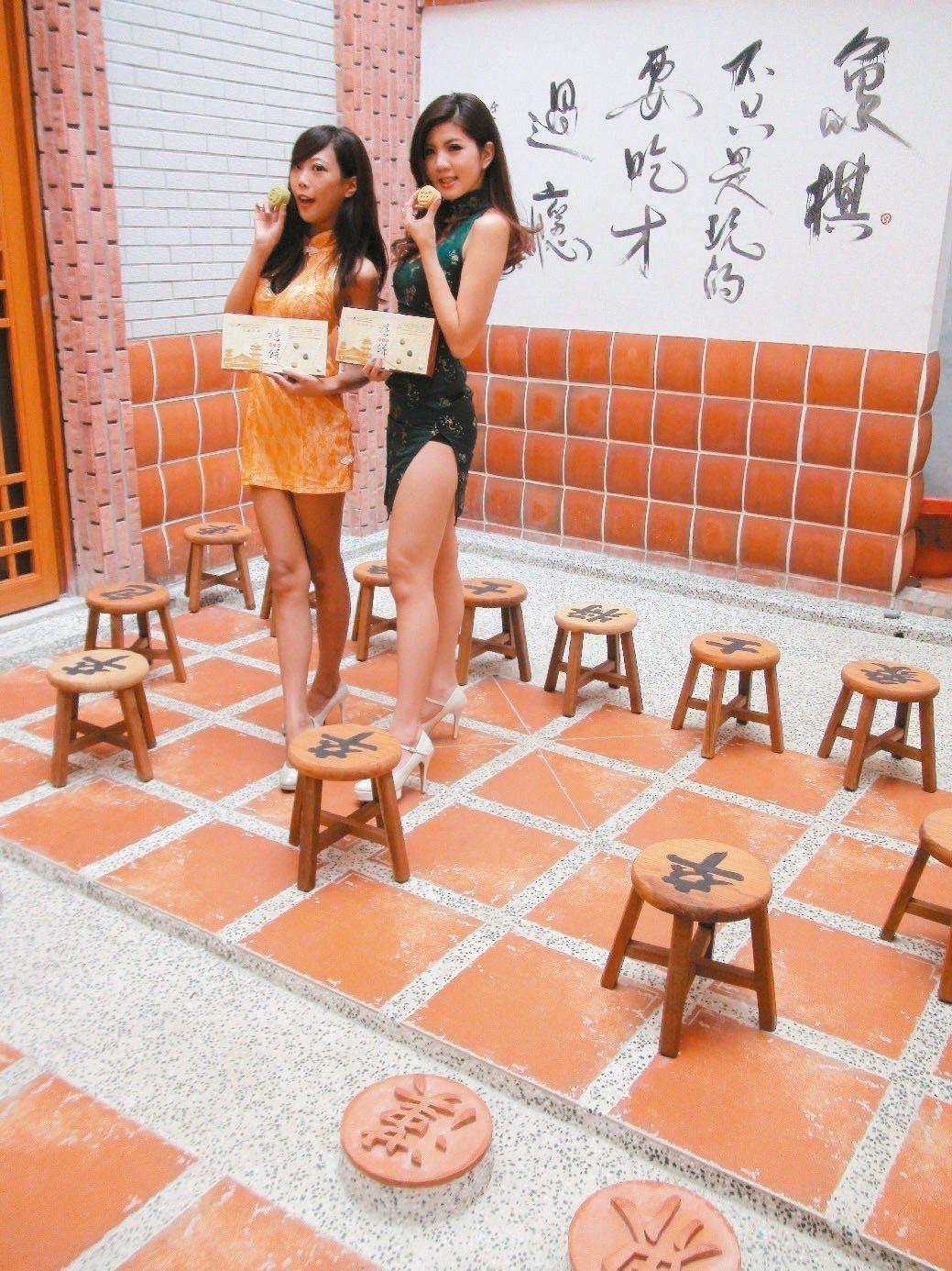 高雄百年餅店中外餅舖在蓮池潭畔成立棋餅文創館,特別在店內闢一處大型棋盤庭院,內有...