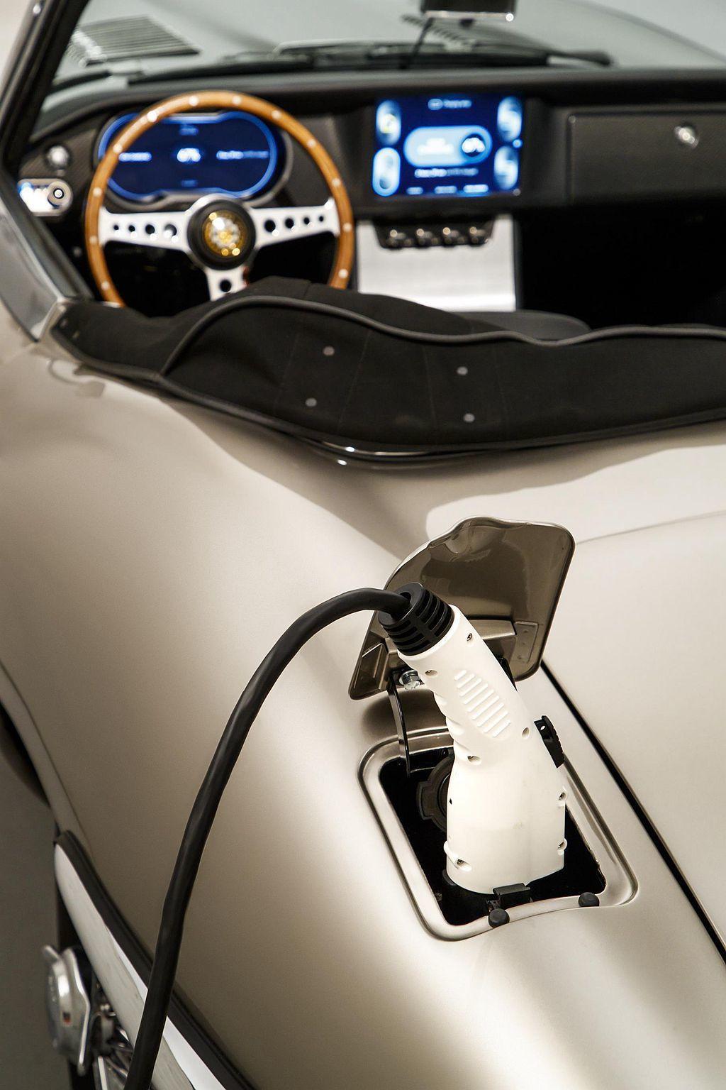 完美整合電能系統,連過往加油孔的位置都直接改為充電插槽。 圖/Jaguar提供