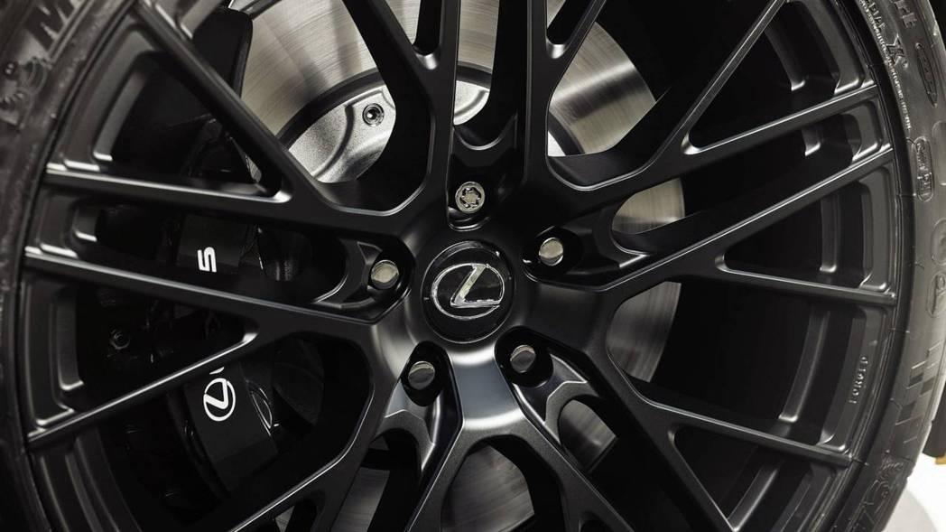 LC 500 Inspiration Concept搭配21吋黑色鍛造鋁圈。 摘自Lexus