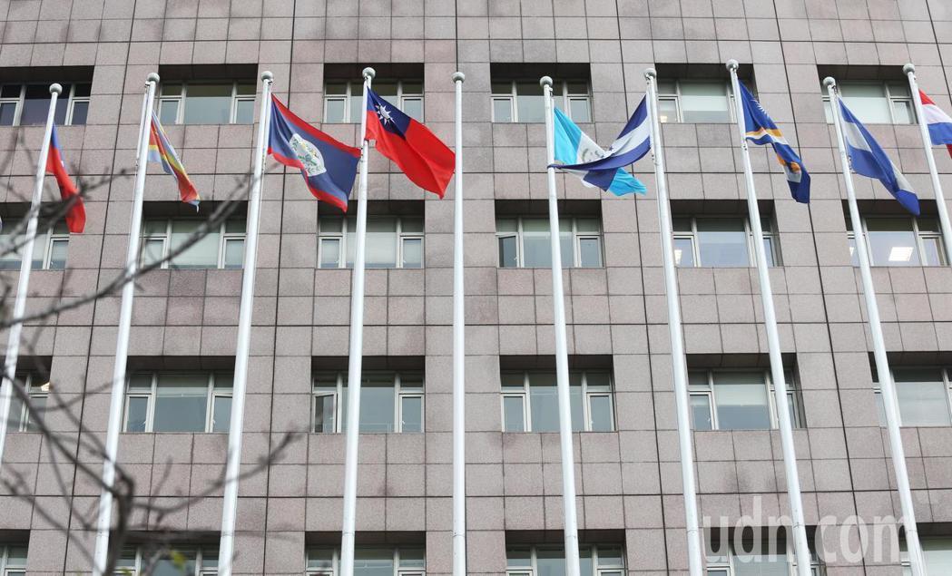 天母使館特區前的邦交國國旗,本來懸掛在中華民國國旗旁的薩爾瓦多國旗,在斷交那天降...