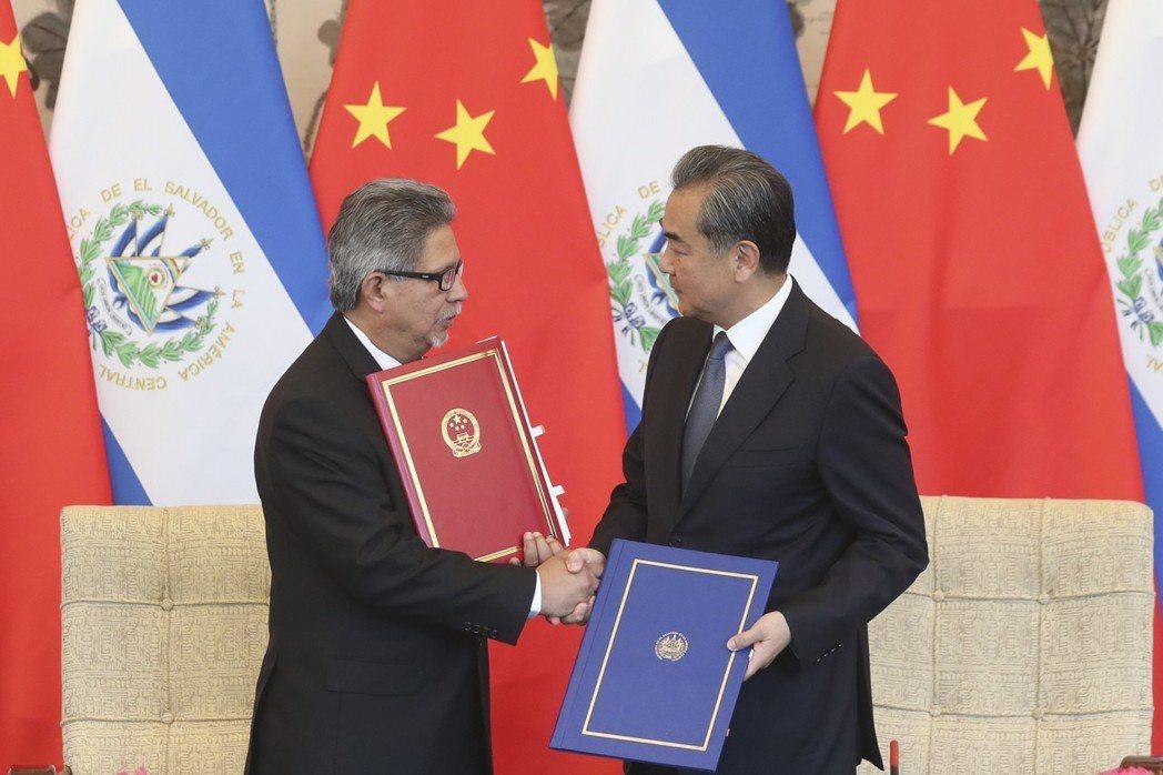 中國國務委員兼外交部長王毅(右)在北京與薩爾瓦多共和國外長卡斯塔內達舉行會談,會...