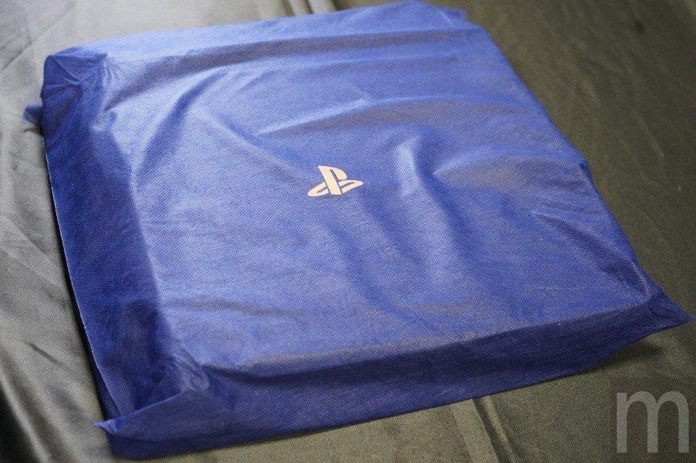 不織布上印有「PS」標誌,因此可以從半透明的外層包裝隱約看見