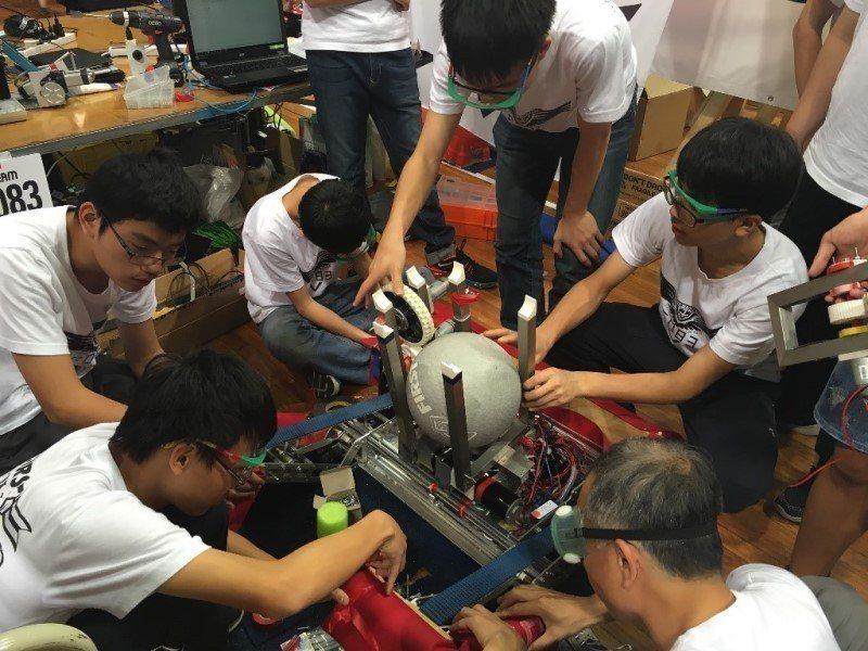 近年大學考招越來越注重課外團體活動經驗,希望學生從中學會團隊合作能力。(照片提供...