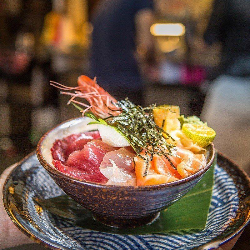 綜合海鮮丼裡的食材不固定,主要看當日有哪些漁獲,但保證用料澎湃。  攝影|行遍天...