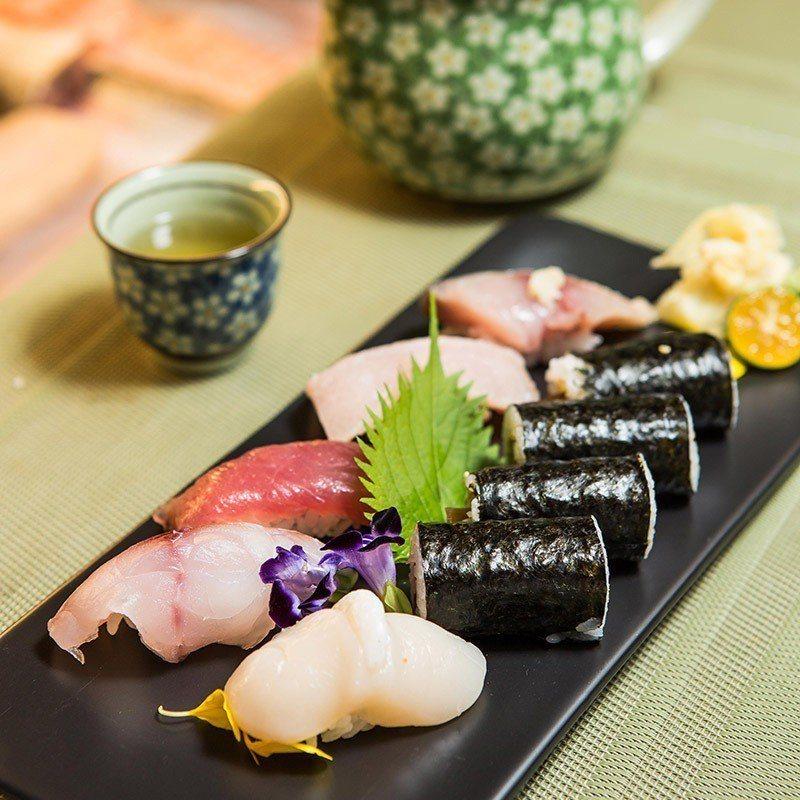 「松盛」含五貫握壽司和一卷物,握壽司也各配不同食材。  攝影|行遍天下