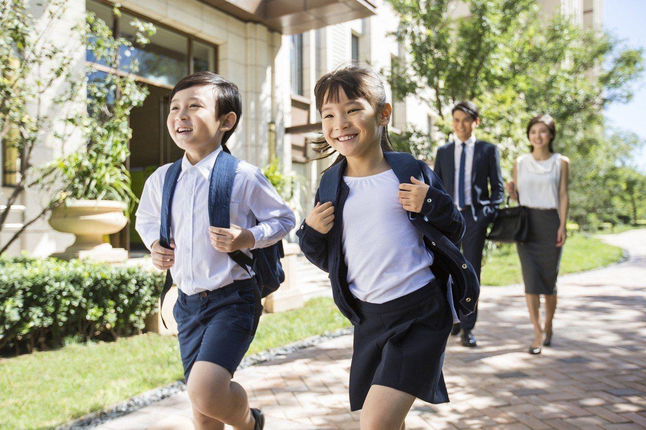 要開學了,壽險業者建議爸媽爸媽將「保單檢視」也列入開學清單中。圖/全球人壽提供
