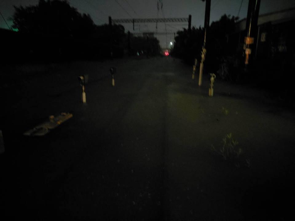 圖為昨深夜新營站北東山路平交道淹水過軌面。圖/台鐵局提供