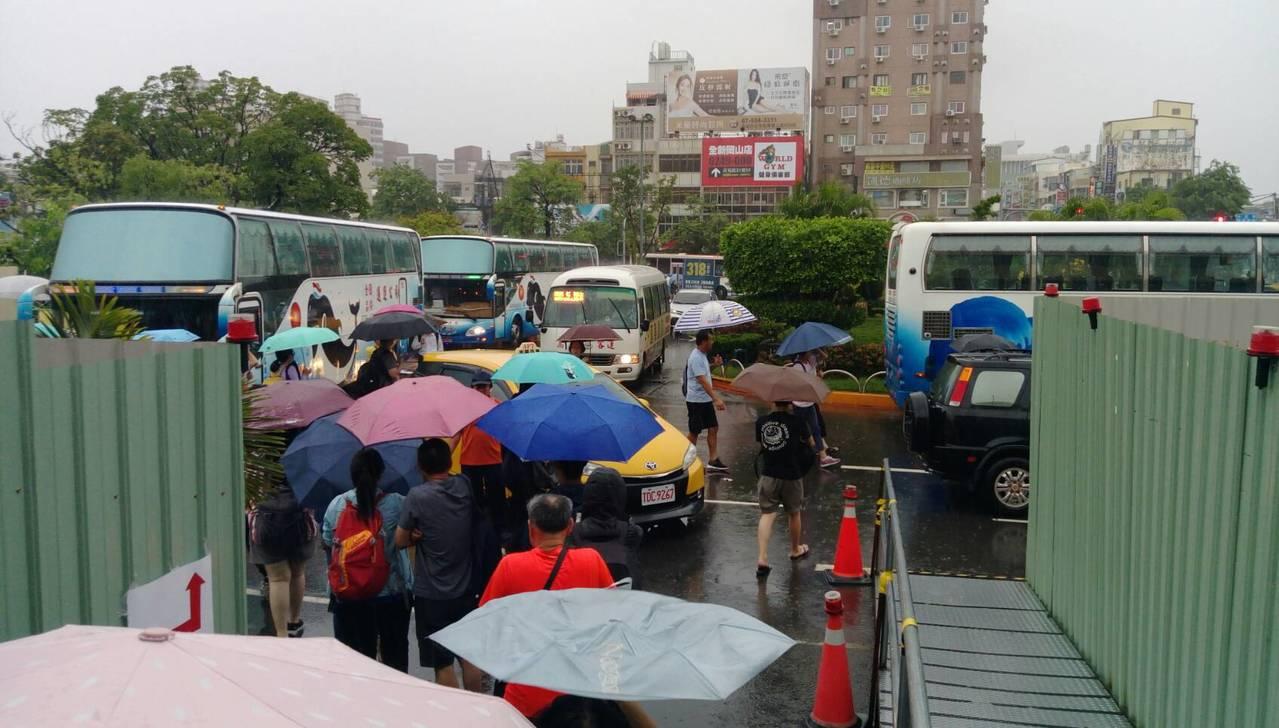 昨日台鐵岡山橋頭間水位超過警戒,雙線不通,台鐵緊急臨時接駁機制。圖/台鐵局提供