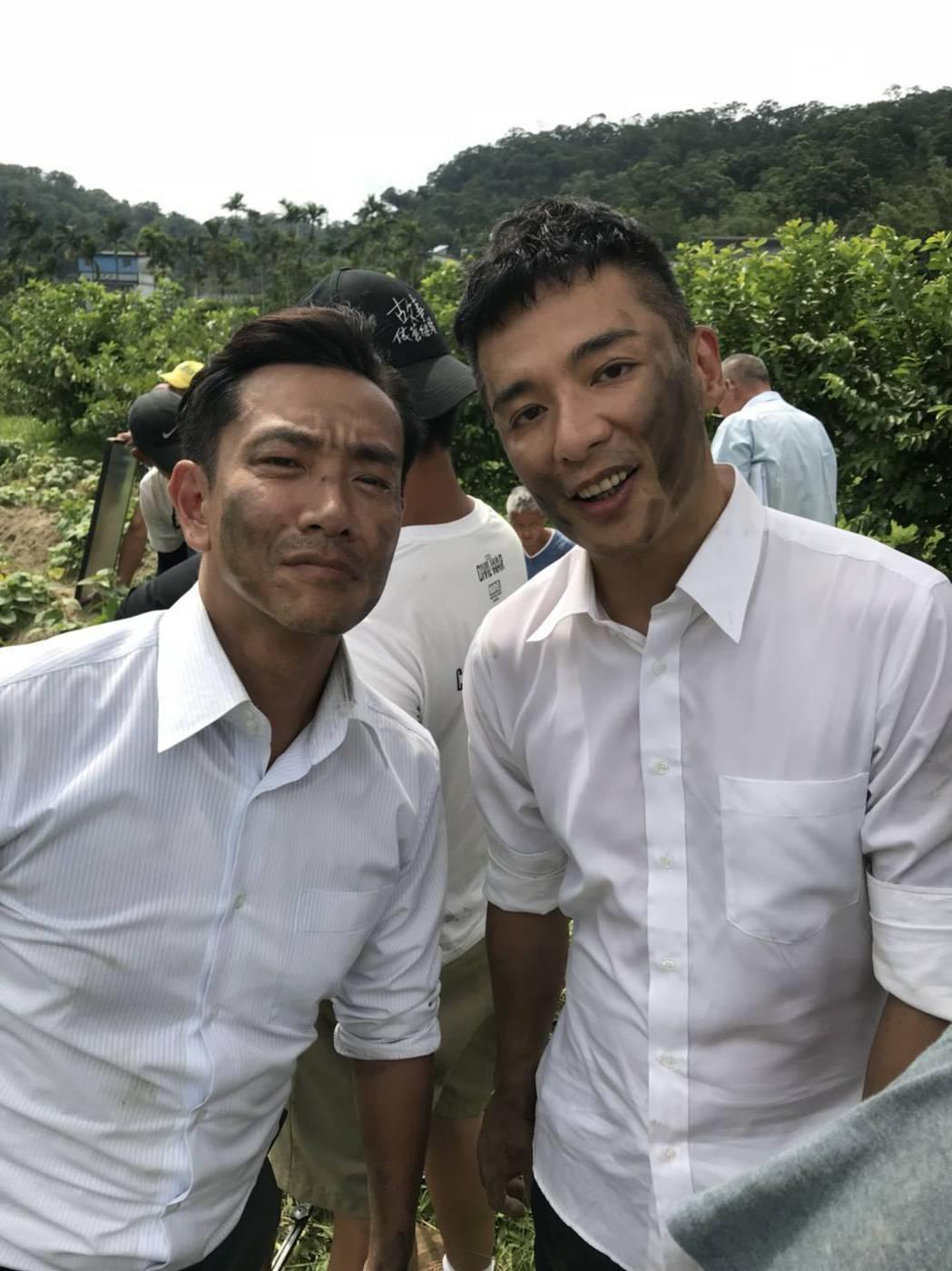 成潤(右)在「大時代」戲中演出江承翰的司機。圖/民視提供