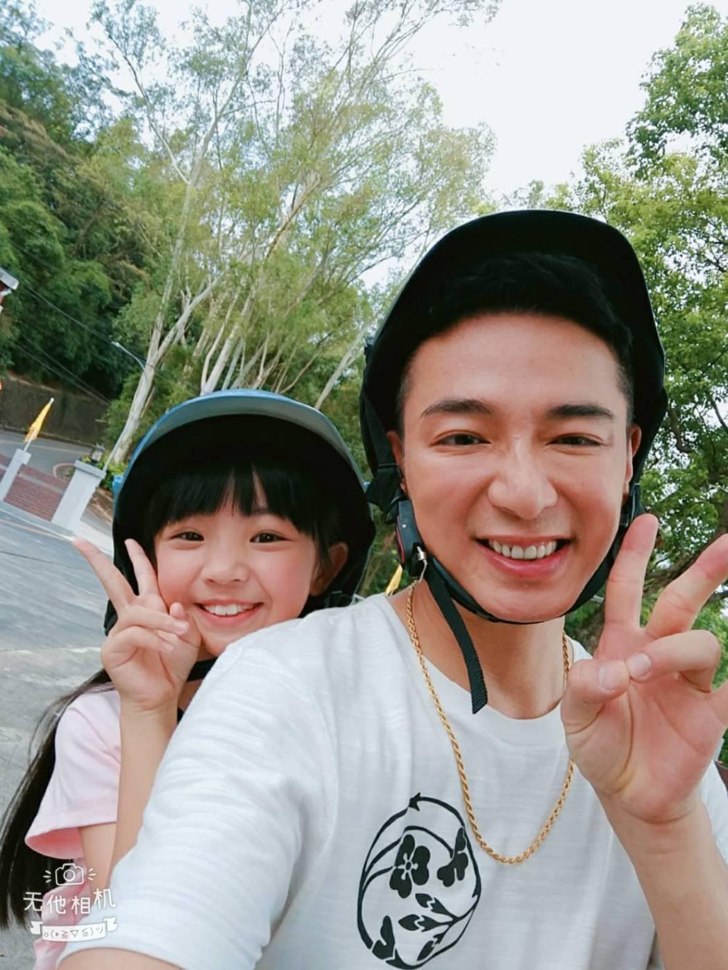 成潤(右)和童星吳以涵在「大時代」戲中互動超可愛。圖/民視提供