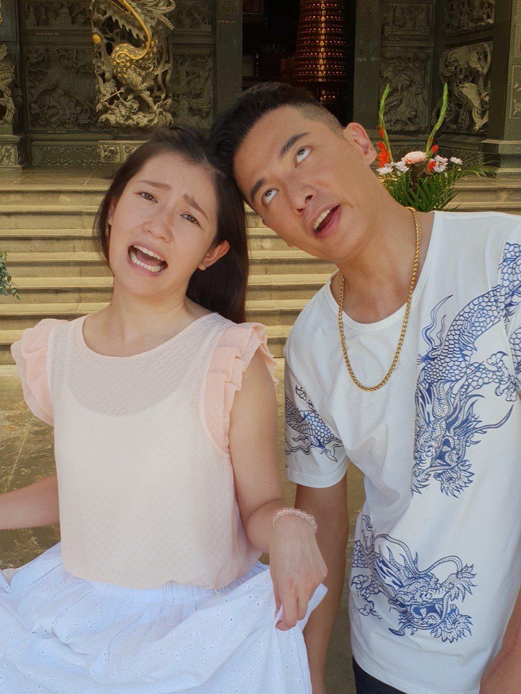 成潤(右)、郭亞棠在「大時代」戲中飾演兄妹。圖/民視提供