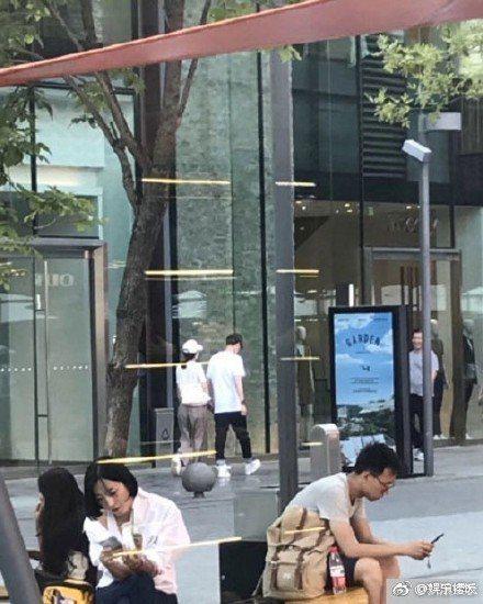 網友爆料在街頭巧遇趙麗穎、馮紹峰牽手逛街,但也有粉絲質疑非本人。圖/摘自微博