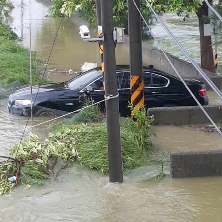 淹水高度只到車室內的地板,屬於輕微泡水。 圖片/讀者提供