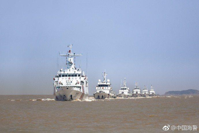 中共海警船編隊在海上巡航。(中國海警官方微博)