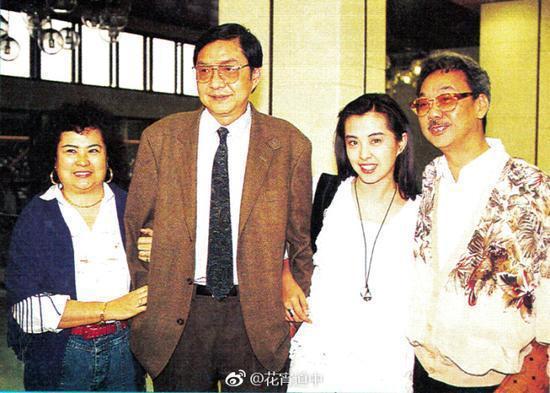 王祖賢(右2)的全家福舊照曝光。圖/摘自微博