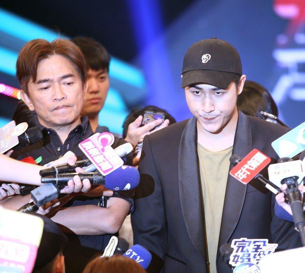綜藝天王吳宗憲(左)在媒體面前教訓19歲兒子吳睿軒(藝名鹿希派),並替兒宣布離開