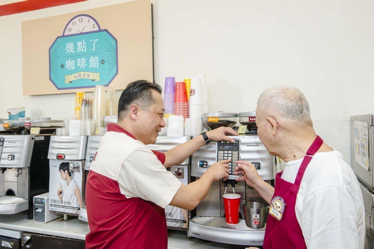 門市店長與「幾點了咖啡館」阿郎阿公一起做咖啡。圖/7-ELEVEN提供