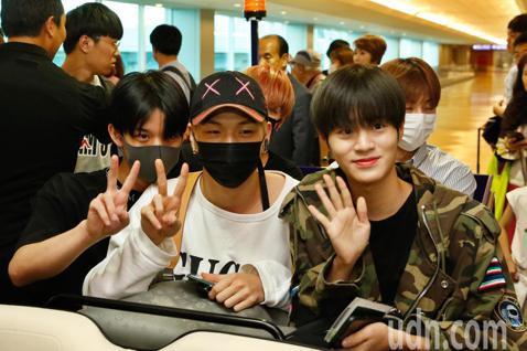韓國男團「Wanna One」下午搭乘OZ-711班機抵達桃園機場,同一班機的粉絲們下機後不肯往前走,一度將空橋擠得水泄不通,經工作人員勸導後才往前走,飛機上下來的粉絲再加上先前在閘口的粉絲,管制區...