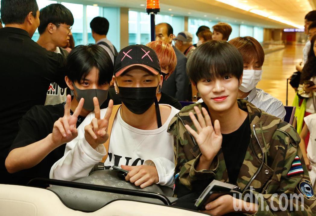 韓團「Wanna One」下午抵台,雖然班機延誤,他們還是開心地揮手致意。記者鄭...