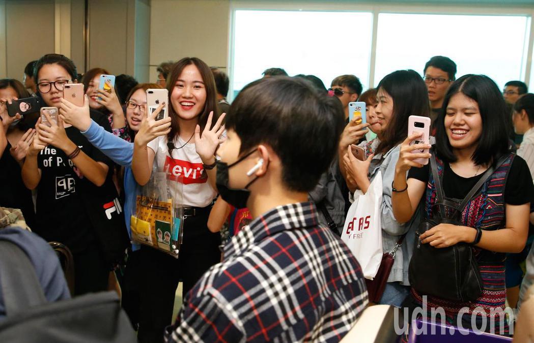 韓團「Wanna One」下午抵台,管制區內約有超過百名粉絲接機。記者鄭超文/攝...