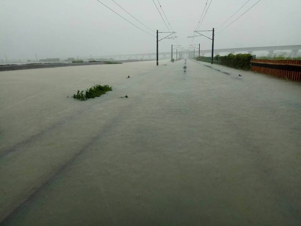 受到熱帶性低氣壓影響,中台灣及南台灣降下豪大雨,導致台鐵部分路線積水。圖/台鐵提...