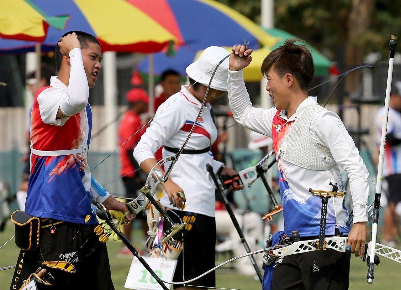 雷千瑩(右)和湯智鈞(左)互相打氣。特派記者余承翰/雅加達攝影