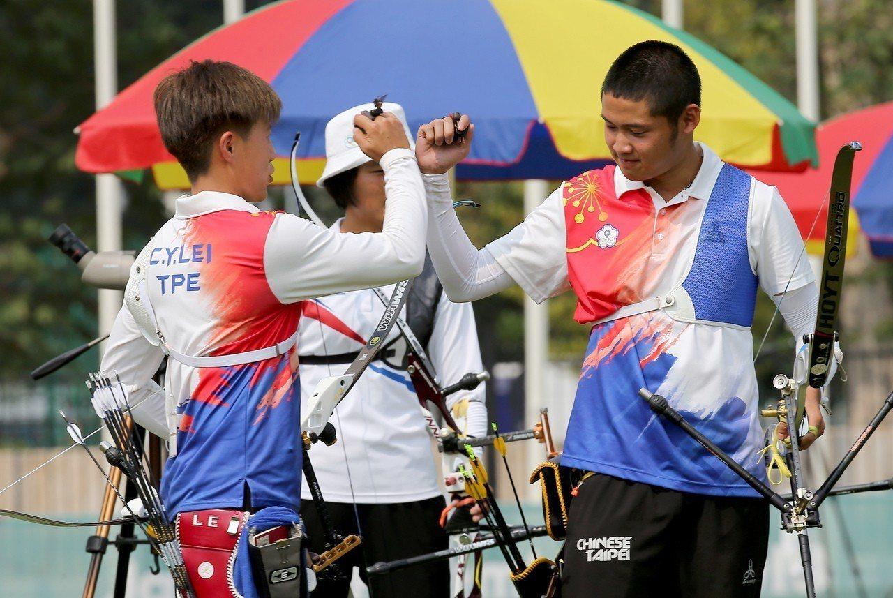 雷千瑩(左)和湯智鈞互相打氣。特派記者余承翰/雅加達攝影