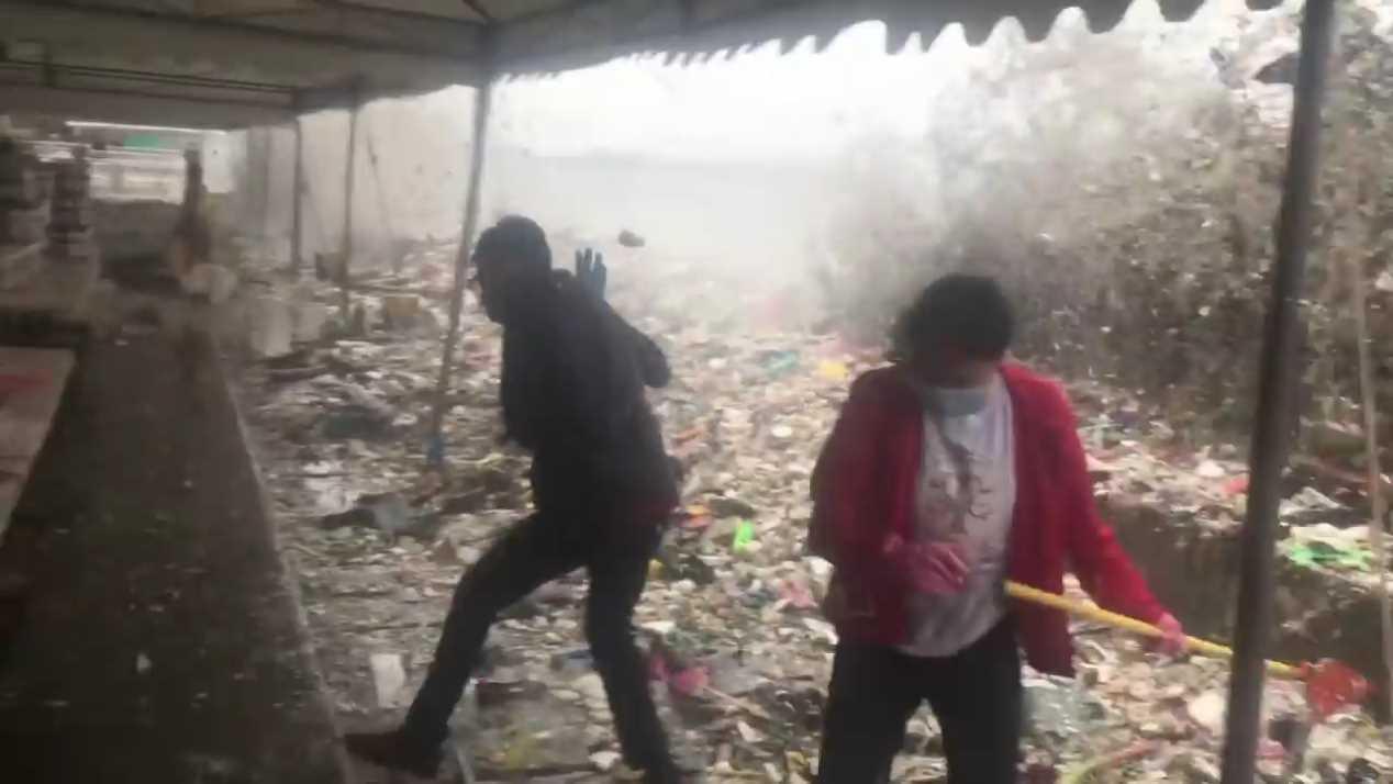 菲律賓首都馬尼拉日前降下傾盆大雨,大量的垃圾與塑膠廢物被海浪沖回大街小巷。聖巴達...