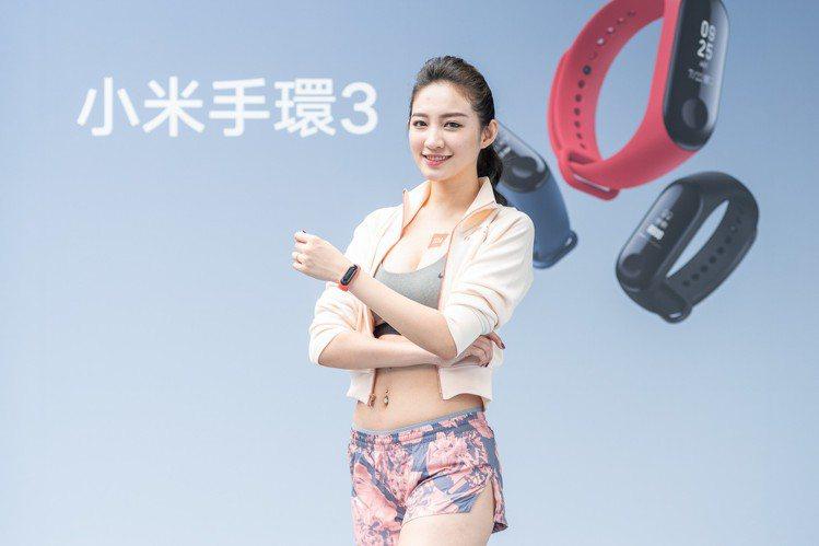 小米手環3配備0.78吋OLED觸控螢幕,最多可顯示24個高解析度中文字。圖/小...