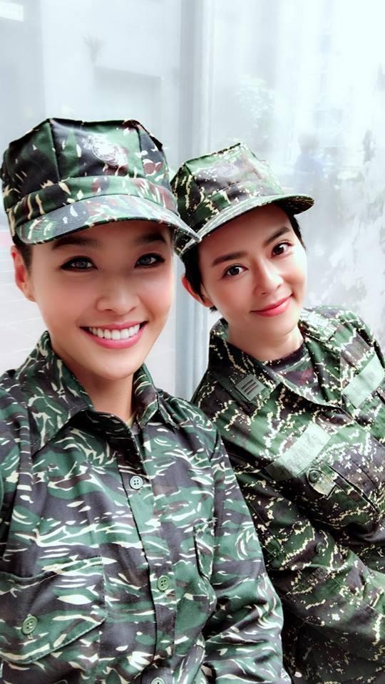 小嫻(左)、劉香慈拍攝「女兵日記」。圖/摘自臉書