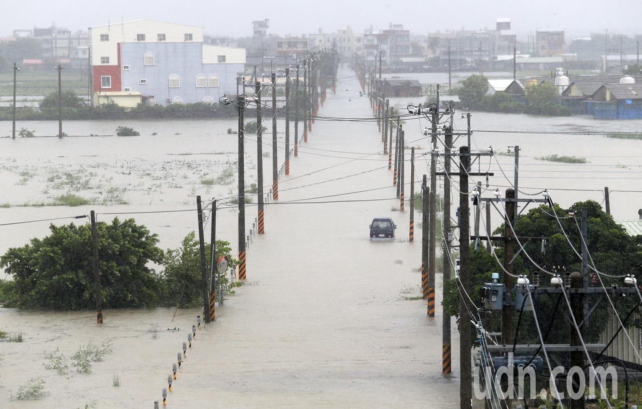 熱帶性低氣壓帶來豪雨襲台,台南市麻豆等區嚴重淹水,舉目汪洋一片。記者劉學聖/攝影