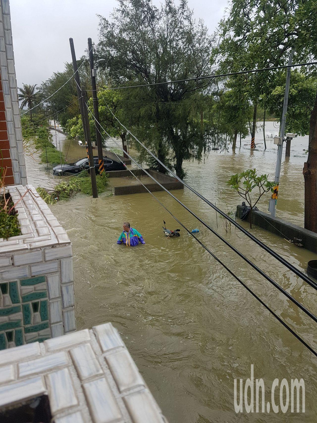 熱帶性低氣壓挾帶暴雨襲擊中南部,造成嚴重淹水災情。圖/讀者提供