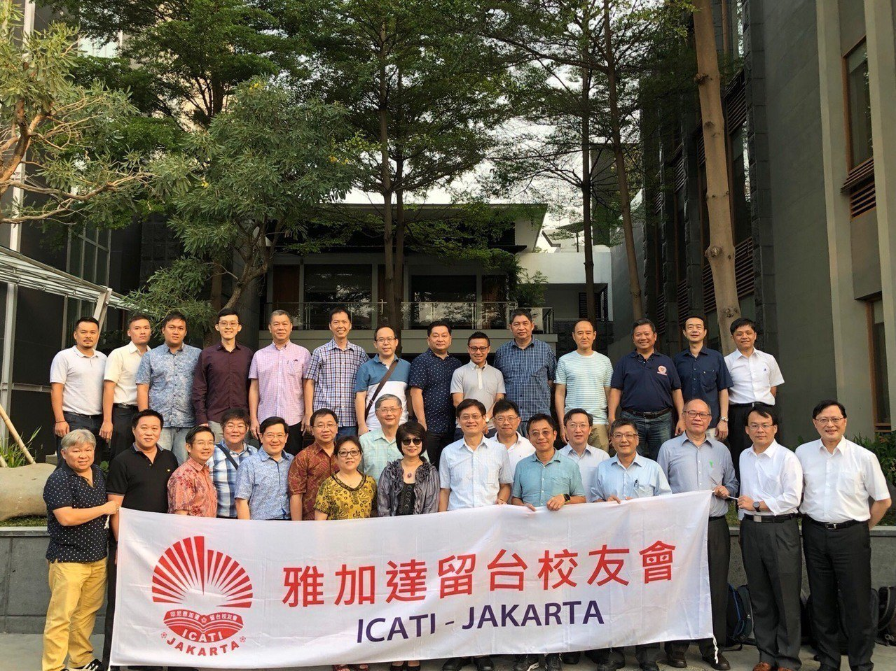 科技部與20多位印尼留台校友合影。圖/科技部提供