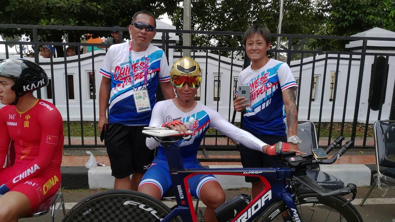 馮俊凱(中)在個人公路計時賽以第5名成績作收。圖/楊東蓁提供