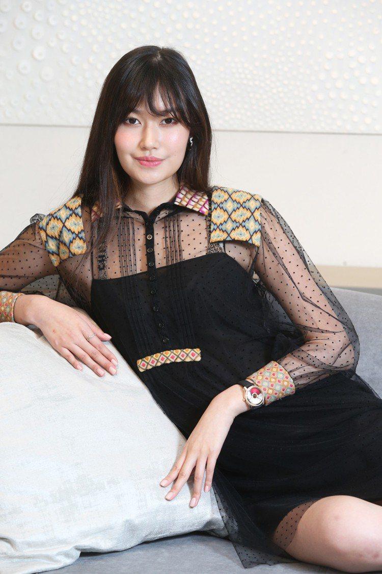 董若彤以略帶性感的薄紗造型搭配Dior Grand Bal系列Casino特別版...