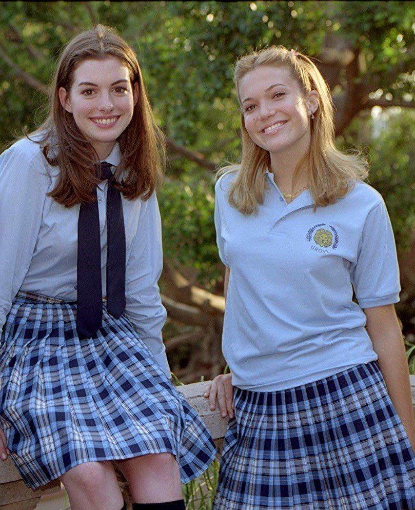 安海瑟薇(左)與曼蒂摩兒合作「麻雀變公主」時都還是少女。圖/摘自imdb