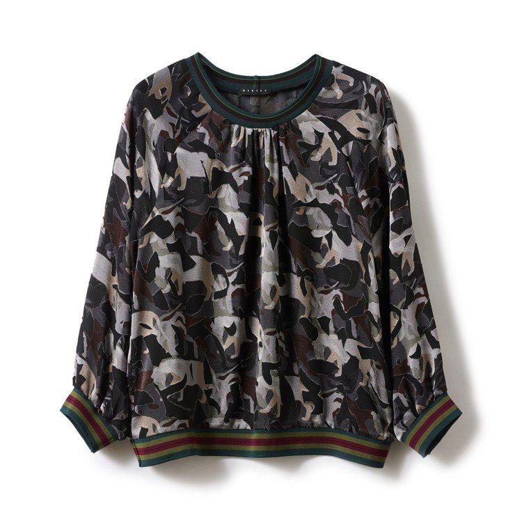 深綠迷彩印花上衣,售價3,380元。圖/Sisley提供
