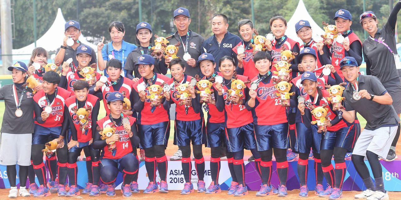 中華女壘隊在雅加達亞運金牌戰不敵日本隊,以銀牌作收。特派記者陳正興/雅加達攝影